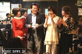 ファンクラブの女性会員に囲まれて笑みを漏らすみやま健二.jpg