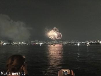 海面を赤々と照らす芦屋の花火.jpg