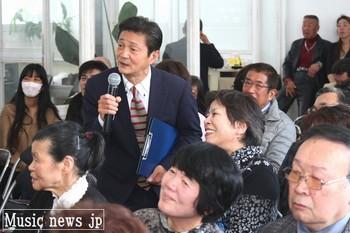 観客にインタビューする司会の内本いさおさん.jpg